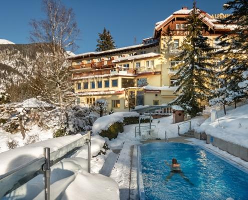 Alpenblick-Pool im Winter